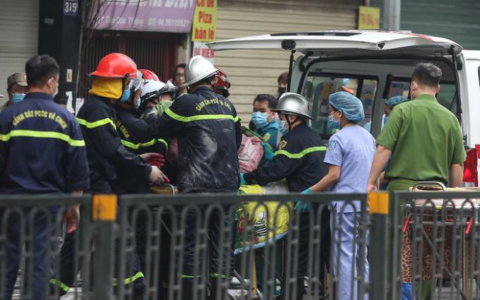 Lực lượng PCCC dập lửa ở ngôi nhà trên phố Tôn Đức Thắng