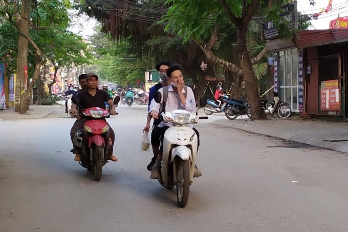 Nhiều em kẹp hai kẹp ba, nhưng khi lái xe lại không tập trung lái