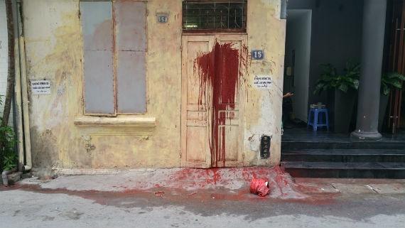 Vết dầu luyn, sơn đỏ mà một số đối tượng lạ mặt ném vào cửa nhà ông Lê Hữu Q. (Ảnh gia đình ông Q. cung cấp)