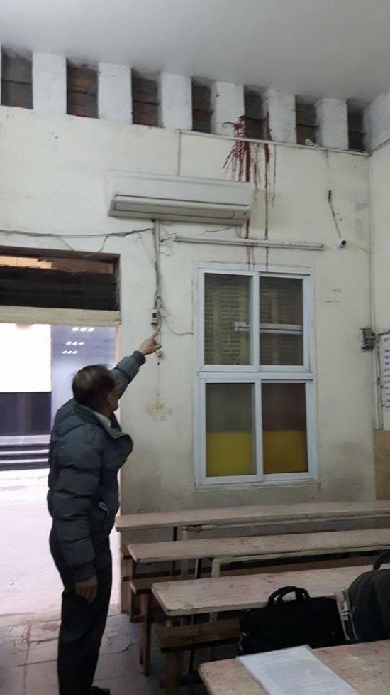 Ông Lê Hữu Q. chỉ vết bẩn vẫn còn lưu lại trên góc nhà sau khi bị các đối tượng lạ mặt ném vào.