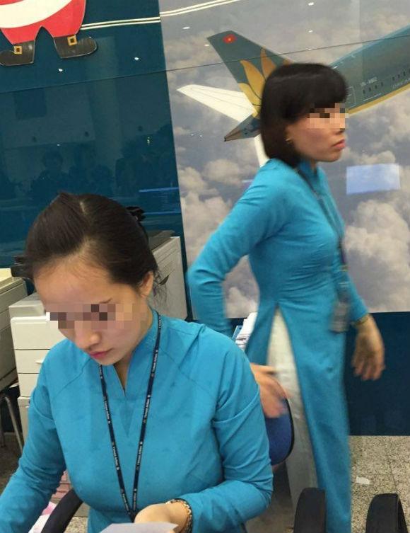 Một số nhân viên củaVietnam Airlines tỏ ra khó chịu khi khách phản ánh việc mất đồ. (Ảnh do hành khách cung cấp)