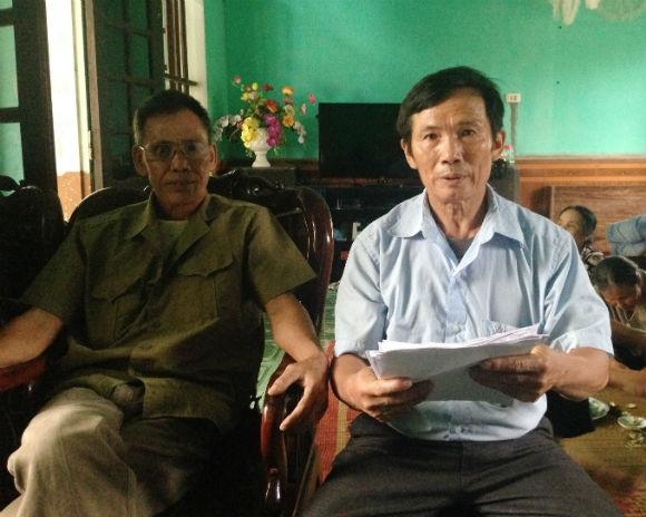 Ông Nguyễn Văn Luận (áo trắng) - người đứng đầu đơn tố cáo của hàng trăm hộ dân bị