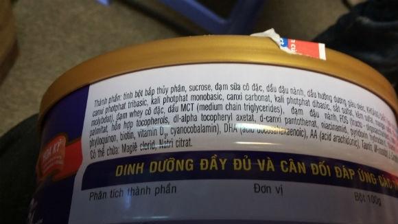 Hộp sữa PediaSure BA khách hàng Nguyễn Hữu Nam phản ánh xuất hiện những vẩn đen nổi trong cốc sữa khi pha.