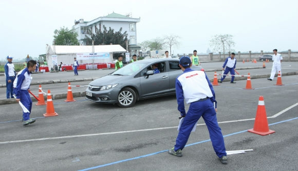 Các hướng dẫn viên lái xe an toàn ô tô thi kỹ năng cảm nhận không gian xe