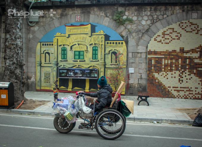 Người đi đường đều phải ngước nhìn trước những tác phẩm nghệ thuât giản dị, gần gũi