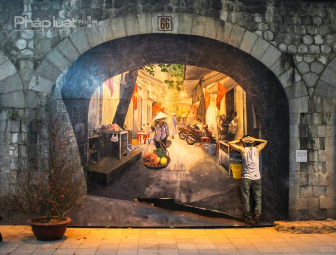 Cũng là quang cảnh sinh hoạt của người dân Hà Nội nhưng có nét hiện đại
