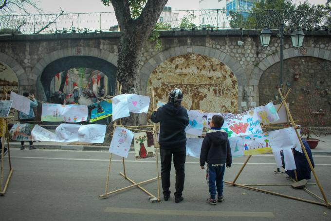 Những bức tranh thể hiện tình yêu Hà Nội được vẽ bởi các em thiếu nhi được trưng bày trên phố