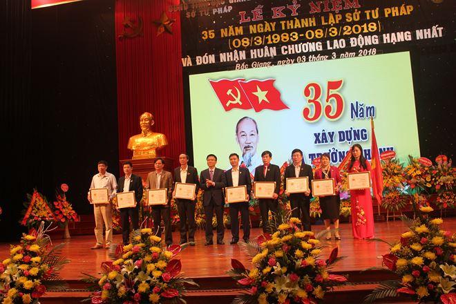 Bộ trưởng Lê Thành Long trao Kỷ niệm chương cho các cá nhân. (Nguồn: Pháp luật Việt Nam)