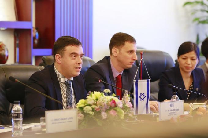 Đại sứ Nadav Eshcar phát biểu trong buổi làm việc