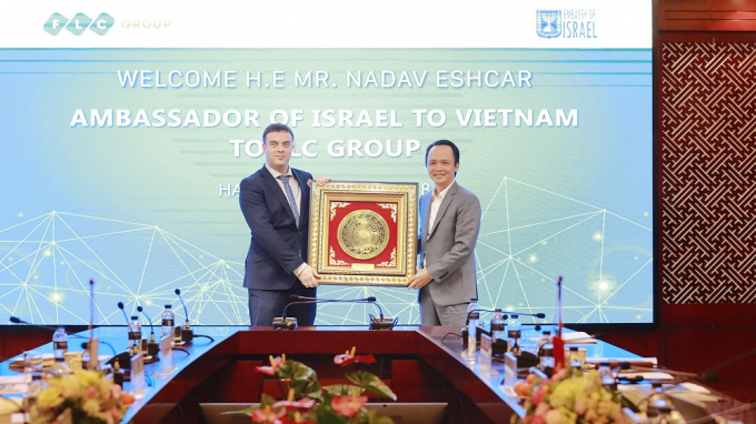 Ông Trịnh Văn Quyết, Chủ tịch Tập đoàn FLC trao quà lưu niệm cho Đại sứ Israel Nadav Eshcar