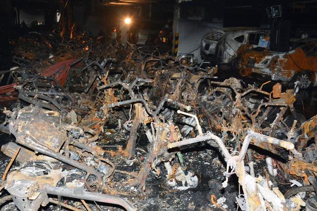 Thiếu tướng Phan Anh Minh – Phó Giám đốc Công an TP.HCM cho biết, vụ cháy bắt đầu từ tầng hầm, khả năng do hệ thống điện của xe nhưng cũng không loại trừ khả năng cài đặt gây nổ.