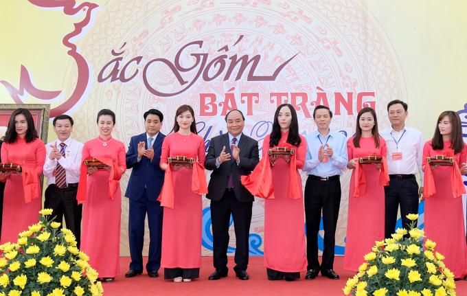 Thủ tướng Nguyễn Xuân Phúc và Chủ tịch UBND TP Hà Nội Nguyễn Đức Chung cắt băng khai mạc triển lãm trưng bày giới thiệu sản phẩm gốm tiêu biểu của Bát Tràng.