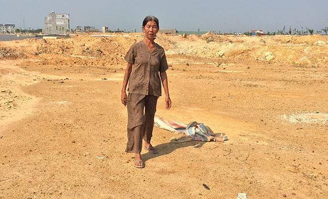 Ngày ngày say xỉn, người phụ nữ 57 tuổi lại tìm về nền đất từng có căn nhà bị thu hồi.