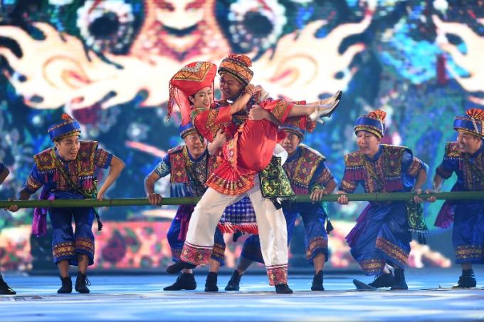 """Phần 3 """"Hội nhập và lan tỏa"""", tiết mục múa Đón dâu tái hiện sinh động nghi lễ truyền thống thú vị của người dân tộc Choang, Quảng Tây, Trung Quốc."""