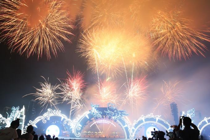Màn trình diễn pháo hoa nghệ thuật độc đáo khép lại show Carnaval ấn tượng, hấp dẫn, hoành tráng, mở màn thành công Năm du lịch quốc gia Hạ Long – Quảng Ninh 2018.