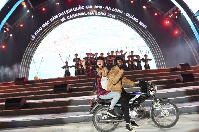 """Phần 2: """"Độc đáo và đa sắc"""" bắt đầu ấn tượng với màn xuất hiện của rapper Hà Lê cùng các bạn trẻ bon bon trên những chiếc xe chạy qua các vùng quê Việt."""