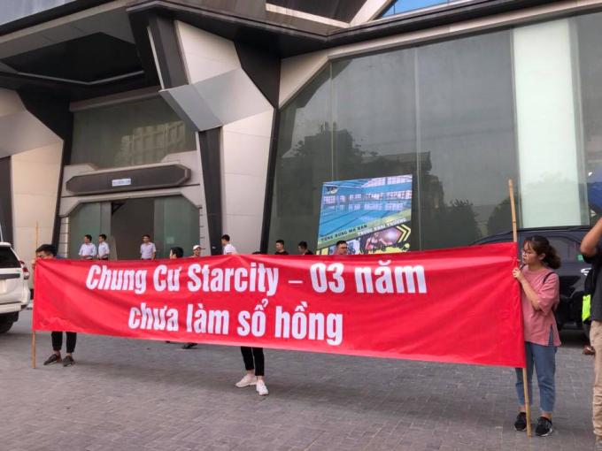 Nhiều cư dân chung cư Star City xuống đường căng băng rôn trước sảnh tòa nhà để đòi sổ hồng.