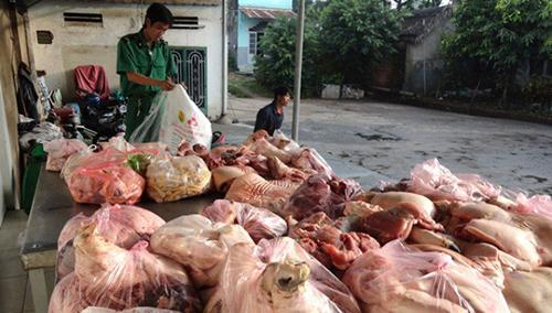 Lực lượng chức năng kiểm tra, bắt giữ lô hàng thực phẩm bẩn của doanh nghiệp kinh doanh