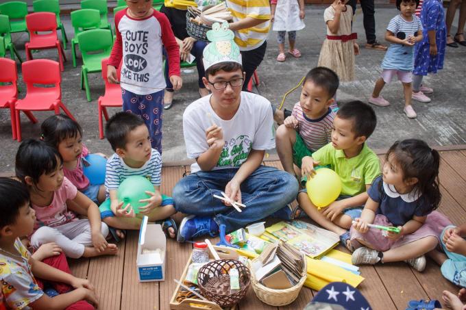 Các bé rất chăm chú lắng nghe các bạn tình nguyện viên hướng dẫn cách tái chế các sản phẩm từ nhựa