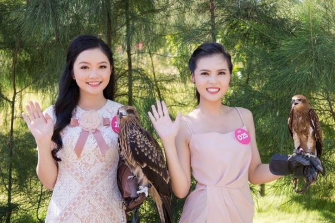 Những cô gái xinh đẹp đang tạo dáng cùng một số loài chim trong FLC Zoo Safari Park