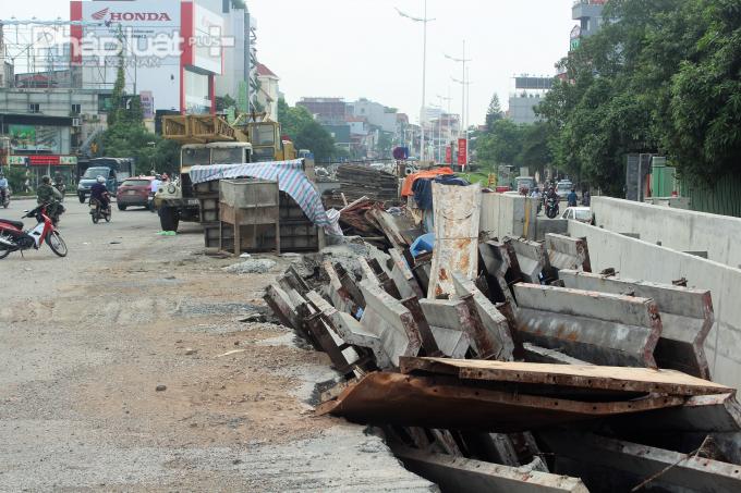Vật liệu xây dựng xếp la liệt trên mặt đường, gây nguy hiểm cho người đi đường