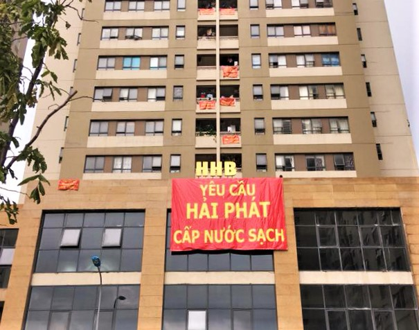 Người dânkhu đô thị mới Tân Tây Đô treo băng rônyêu cầu chủ đầu tư là Công ty Cổ phần Đầu tư Hải Phát giải quyết vấn đề cung cấp nước sạch cho cư dân.