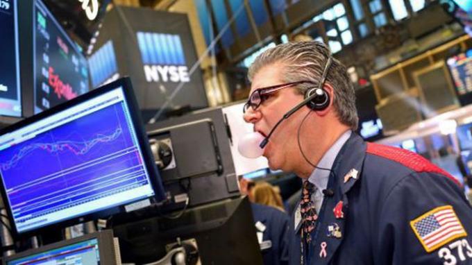 Một nhà giao dịch cổ phiếu trên sàn NYSE ở New York, Mỹ
