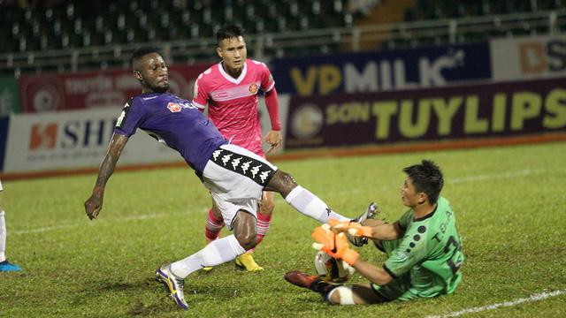 Bám sát Oseni là Hoàng Vũ Samson cũng của CLB Hà Nội có 15 bàn tính đến trước vòng đấu cuối cùng