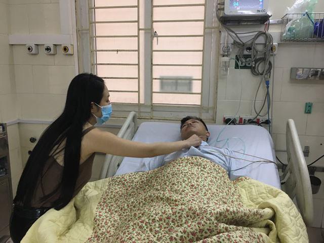Thu Hương, bà xã Tuấn Hưng chăm sóc chồng tại bệnh viện. Cô cho biết, chồng mình suy sụp và khóc rất nhiều khi liveshow đúng ngày sinh nhật bị hủy sát giờ diễn.