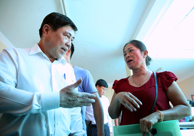 Ông Nguyễn Thành Phong gặp gỡ người dân Thủ Thiêm.