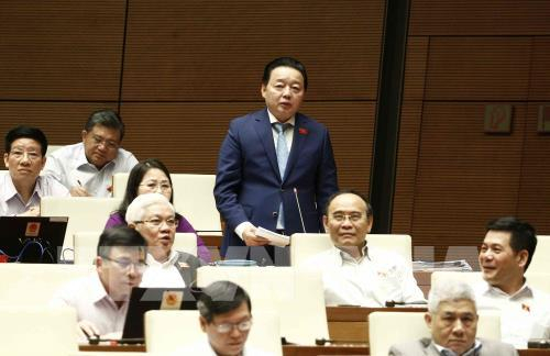 Bộ trưởng Bộ Tài nguyên và Môi trường Trần Hồng Hà trả lời chất vấn của Đại biểu Quốc hội sáng ngày 1/11. Ảnh: Văn Điệp – TTXVN