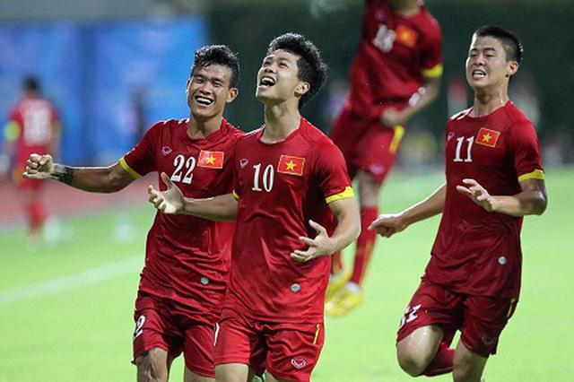 Công Phượng ăn mừng bàn thắng sau pha sút phạt vào lưới Thái Lan ở SEA Games 2015