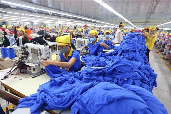 Dây chuyền sản xuất hàng may mặc tại Công ty TNHH Hana Kovi Việt Nam (100% vốn đầu tư của Hàn Quốc) tại Bắc Giang