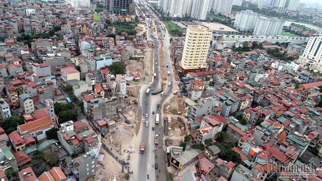 Mặt cắt ngang đường Phạm Văn Đồng sẽ được mở rộng từ 56 m lên 93 m, mỗi bên 6 làn xe cơ giới đang trong quá trình hoàn thiện. (Ảnh: Vietnamnet)