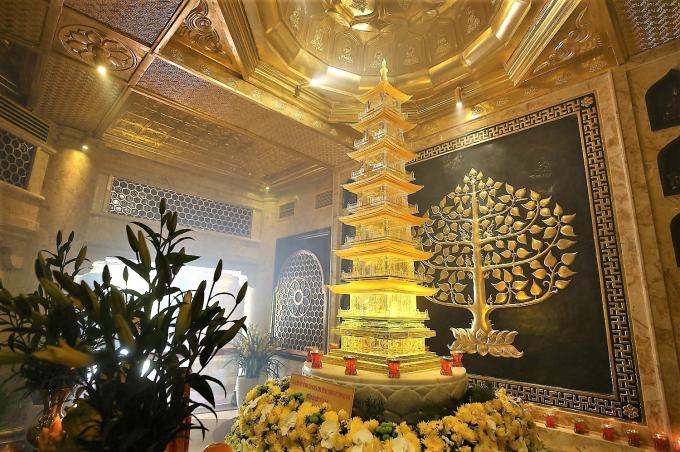 """Theo văn hóa Phật giáo, xá lợi Phật là """"Phật bảo"""", """"Pháp bảo"""" của nhà Phật, giống như một nước có ấn, kiếm của vua là """"quốc bảo"""" của một triều đại vậy. Chính vì vậy, Phật bảo luôn được giữ gìn tôn nghiêm với tấm lòng thành kính nhất."""