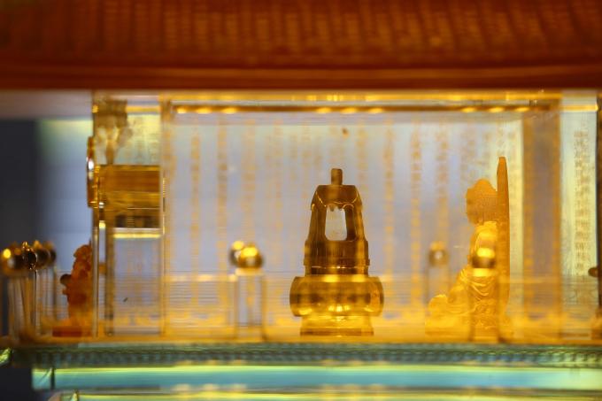 Ngọc Xá lợi Phật được cất giữ trong tháp đồng nhỏ, đặt trang trọng trong tháp pha lê lưu ly 7 tầng, tỏa sáng lung linh giữa không gian trang nghiêm mà lộng lẫy trong lòng Đại Tượng Phật A Di Đà ở độ cao 3000m.
