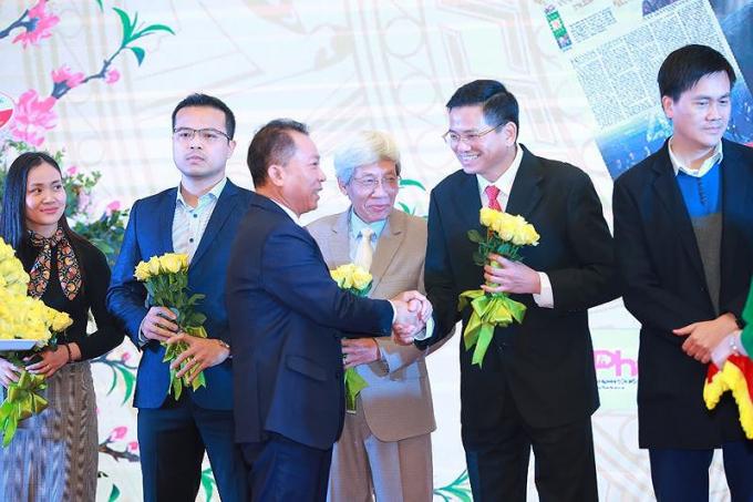 Tổng Biên tập Báo Pháp luật Việt Nam, TS. Đào Văn Hội tặng hoa cho các cộng tác viên, đối tác của Báo