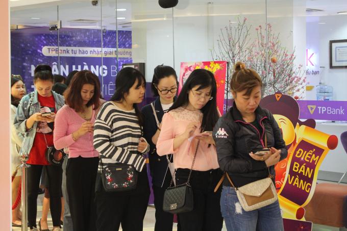 Nhiều người đã xếp hàng để chờ mua vàng lấy may đầu năm