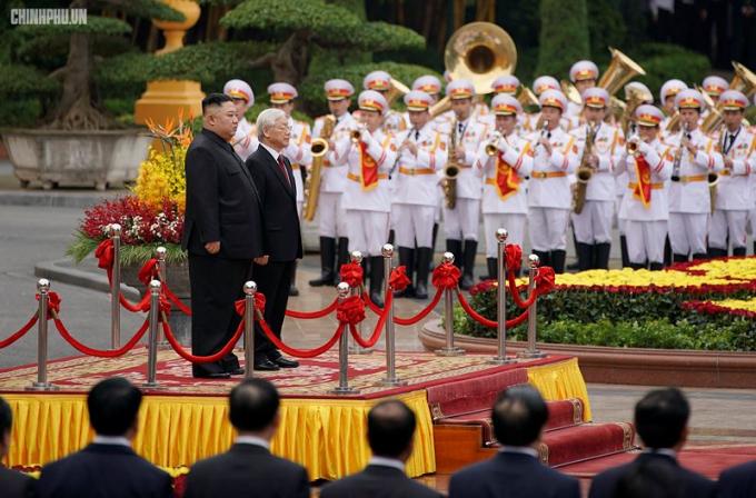 Sau phần lễ đón, Tổng bí thư, Chủ tịch nước Nguyễn Phú Trọng và Chủ tịch Triều Tiên Kim Jong-un bước vào phần hội đàm.