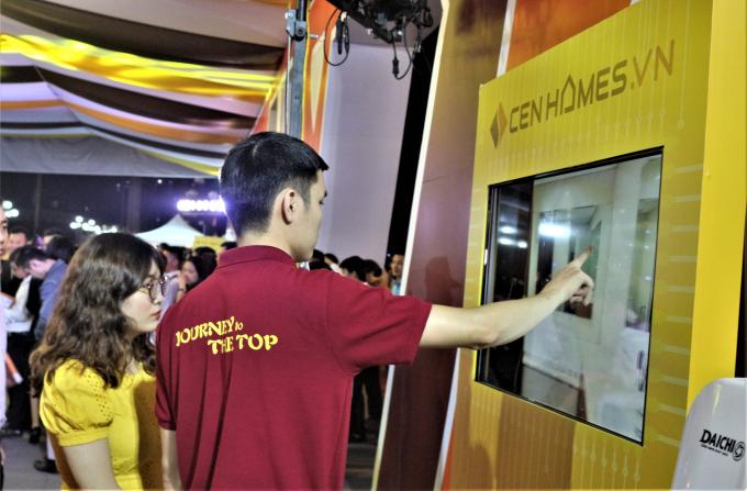 Nhiều khách thăm quan đã tham gia trải nghiệm dịch vụ với những công nghệ mới tiên tiến.