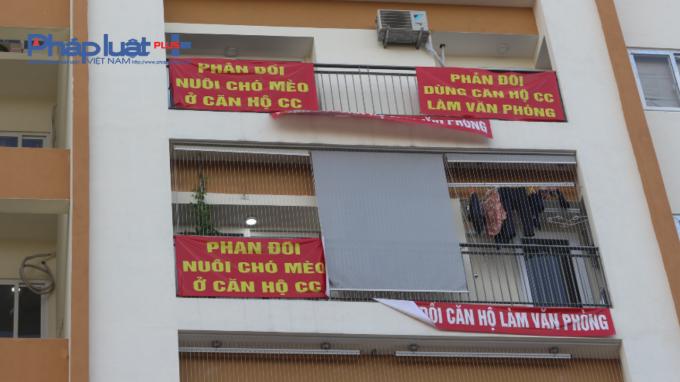 Nhiều cư dân căng băng rôn phản đối việc hàng loạt căn hộ bị biến thành văn phòng cho thuê.
