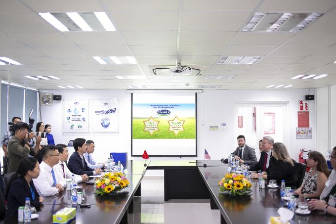 Buổi làm việc giữa Vinamilk và đoàn công tác Bộ Nông Nghiệp Hoa Kỳ trong khuôn khổ chuyến thăm Nhà máy sữa Việt Nam tại tỉnh Bình Dương
