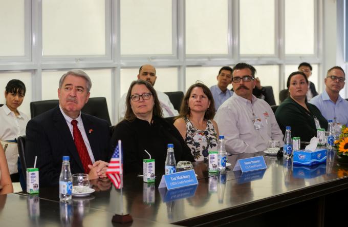 Thứ Trưởng Bộ Nông Nghiệp Hoa Kỳ Ted McKinney (ngồi đầu tiên từ trái sang) và đoàn công tác theo dõi phần giới thiệu các thông tin nổi bật của Vinamilk
