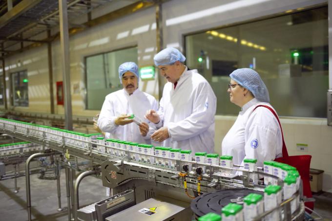 Ông Nguyễn Quốc Khánh – Giám đốc Điều hành R&D của Vinamilk giới thiệu đến Thứ trưởng và Tổng Lãnh sự dây chuyền sản xuất sữa của nhà máy