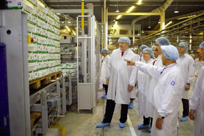 Đại diện Bộ Nông Nghiệp Hoa Kỳ ấn tượng với quy mô của siêu nhà máy sữa có công nghệ tự động hóa và điều khiển tích hợp từ khâu nhập liệu tới kho thành phẩm.