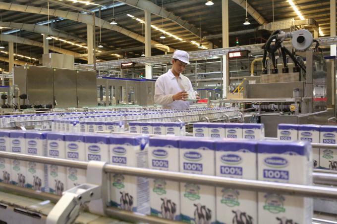 Cận cảnh một dây chuyền đang sản xuất sản phẩm Sữa tươi 100% có công suất lên đến 25.000 hộp/dây chuyền/giờ