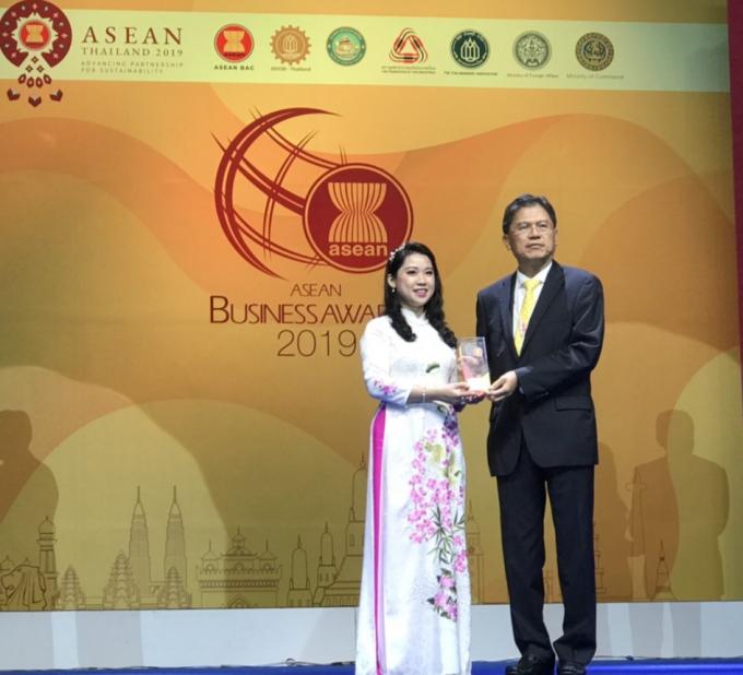 Bà Nguyễn Thùy Linh - CEO Hengsan Việt Nam nhận giải thưởng ASEAN Business Award 2019