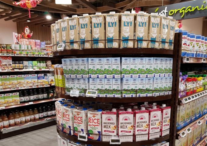 Sữa tươi Organic của Vinamilk đang bán tại khu vực dành cho thực phẩm organic của siêu thị FairPrice của Singapore