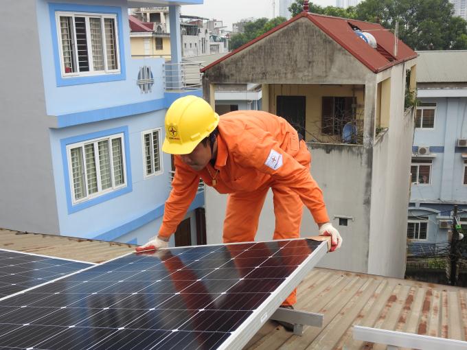 EVNHANOI lắp đặt hệ thống điện mặt trời áp mái