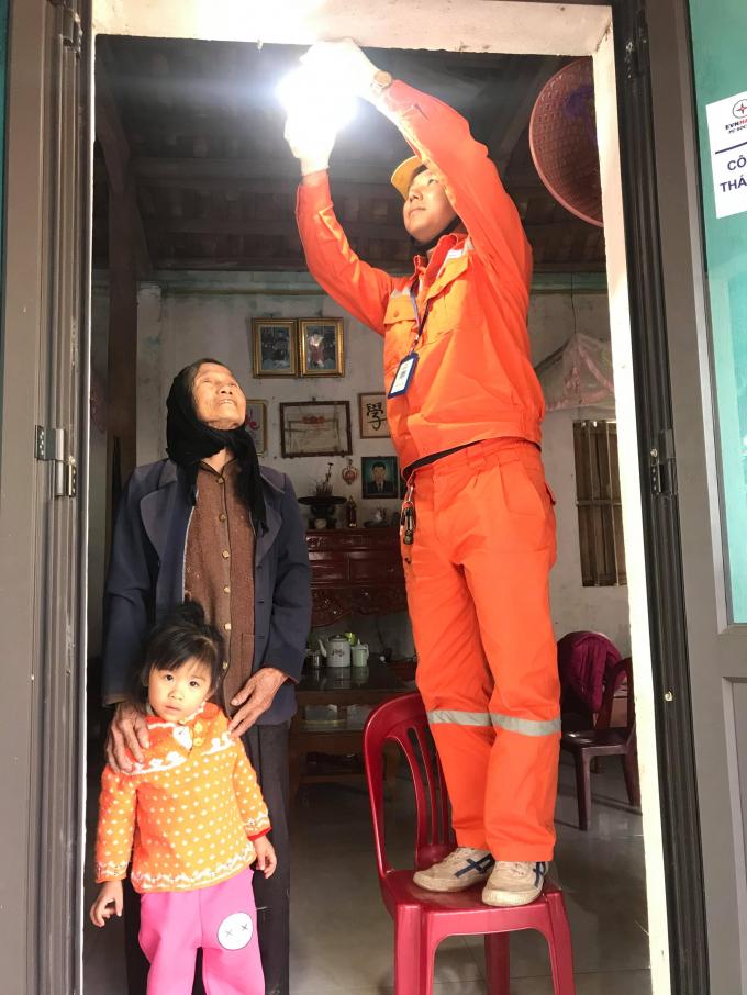 Thợ điện Thủ đô mang ánh sáng đến mọi gia đình